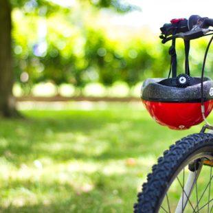 rower z kaskiem rowerzysty na kierownicy